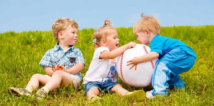«Игрушечный» эгоизм, или Почему не стоит помогать ребёнку заполучить желаемое - http://lifehacker.ru/2015/06/26/pochemu-ne-vsegda-sleduet-pooshhryat-rebenka-delit-sya-igrushkami/