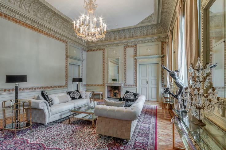 Pałac w Małej Wsi zaprojektowany przez Hilarego Szpilowskiego na zlecenie Bazylego Walickiego. Wzniesiony w latach 1783-1786. Pałac od 1786 r. do 1945 r. należał do rodzin Walickich, Zamoyskich, Lubomirskich oraz Morawskich. Po drugiej wojnie światowej został znacjonalizowany w ramach reformy rolnej, a następnie został letnią rezydencją Urzędu Rady Ministrów. W 2008 r. powrócił w ręce ostatnich właścicieli - rodziny Morawskich, którzy otworzyli w pałacu hotel.