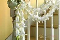 Украшение лестницы, лестничных перил тканью и цветами