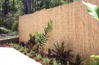 Jardim com cerca bambu