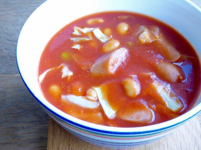 元気になりたい時に「ピリ辛!トマトと豆のスープ」(359kcal):ウィンナーは斜め切り、キャベツは食べやすい大きさに切ります。鍋に水150ml、コンソメスープの素小さじ1とウィンナーを入れ火にかけ、沸騰したらキャベツ、ミックスビーンズ、ニンニク(チューブも可)小さじ1、トマトソースを加えます。再度沸騰したら火を止めて器に盛り、お好みでチリパウダー(またはタバスコ)をかけましょう。