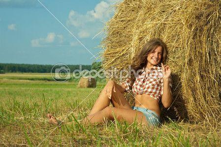 Bella ragazza appoggiata su una balla di paglia — Immagini Stock #3583746