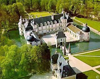 Château de Tanlay- 3) CHATEAU DE TANLAY, HISTOIRE: Louis 1° de Condé y séjourna fréquemment, son château de Noyers étant voisin de Tanlay. François d'Andelot meurt en 1569, laissant le projet inachevé. Son gendre Jacques Chabot, marquis de Mirebeau et fils de Philippe Chabot, poursuit les travaux avec la Tour de la Ligue, la tour Coligny et achève le petit château (1610).