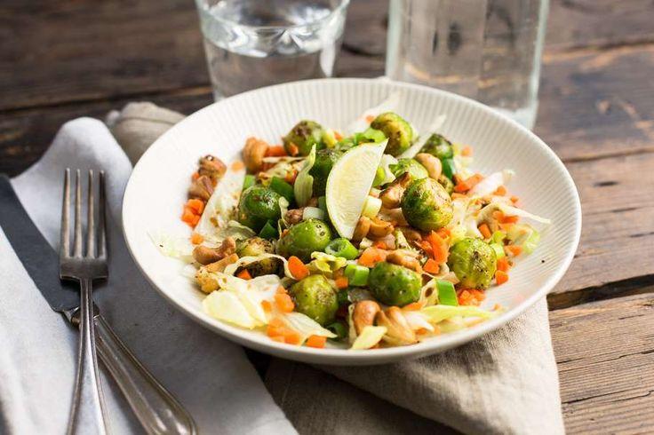 Recept voor oosterse salade voor 4 personen. Met suiker, olijfolie, peper, spruitjes, wortel, ijsbergsla, bosui, limoen, cashewnoot, sojasaus, gember, knoflook en honing
