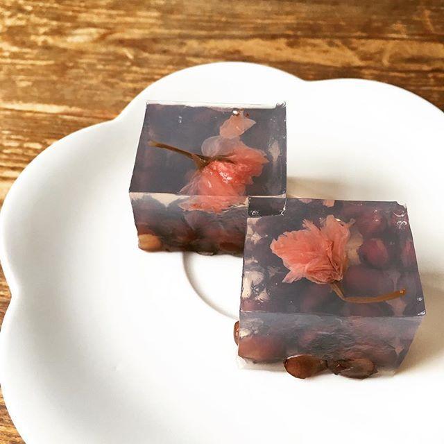 【mu815】さんのInstagramをピンしています。 《*桜寒天* 季節外れではありますが、余りもので😅💦 甘納豆を敷いた型に、桜のリキュール入りの寒天を流し、桜の花の塩漬けを浮かべて完成🌸 甘納豆の甘さと、桜リキュールの爽やかさがよく合い、癖になるお味です🌸✨ #手作り #手作りお菓子 #桜》