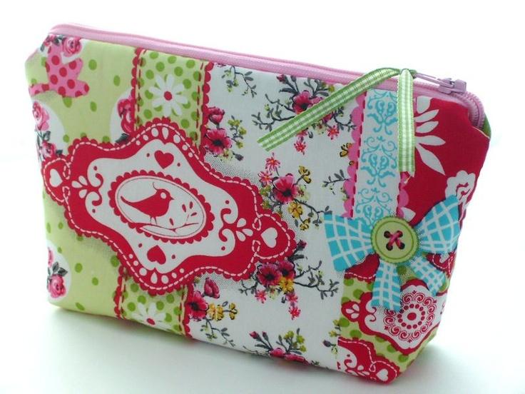 Ein niedliches kleines Kosmetiktäschchen für so alles mögliche Kleine: Lippenstift, Puder, Taschentücher, Pflaster, Haarspangen, Fahrkarte.... eben al