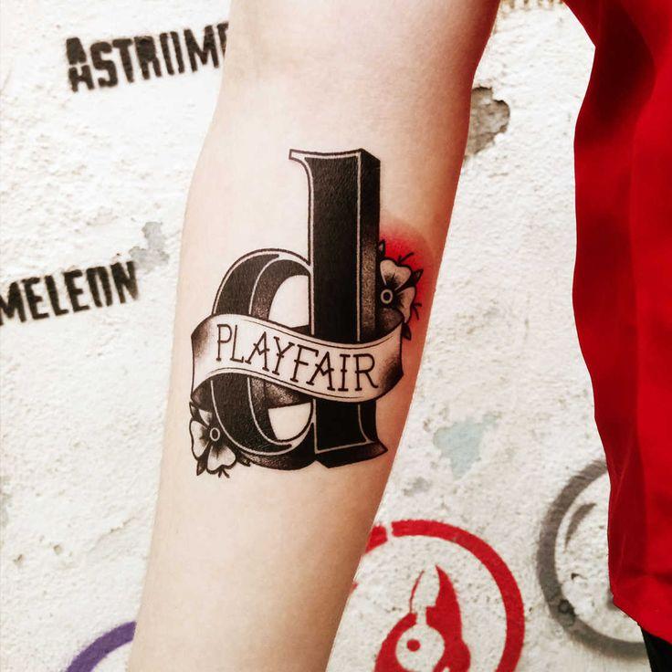 Votre police d'écriture préférée sous forme de tatouage, ça vous tente ? C'est ce que vous propose un designer brésilien qui rend hommage aux typographies les plus emblématiques. Tous les designers ont leur typographie préférée, bien que la grande majorité d'entre eux s'accordent à dire que «Comic sans MS» est une hérésie totale. Aujourd'hui on …