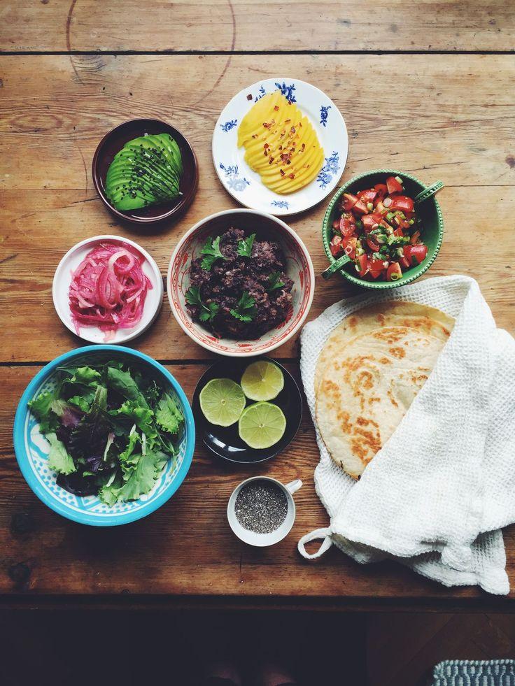 Lyxtacos! Svart bönröra med korianderfrö, tomatsalsa, avokado och syrad lök