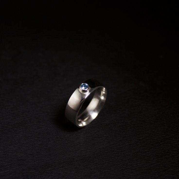 Lees hier het verhaal van deze Zilveren damesring met het as van haar moeder...#goudsmidmetpassie #herdenkingssieraden #omdatikjemis