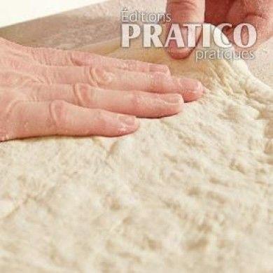 Simple pâte à pain à laquelle on ajoute de l'huile afin de l'assouplir, la pâte à pizza peut être préparée avec de la farine à pain pour une texture bien croustillante, ou avec de la farine tout usage non blanchie, qui donnera une pâte un peu plus ferme. Au moment de sa préparation, elle se doit d'être collante : résistez à la tentation et n'y ajoutez pas de farine! La pâte non cuite peut être congelée pendant un mois, bien emballée dans une pellicule plastique puis dans un...