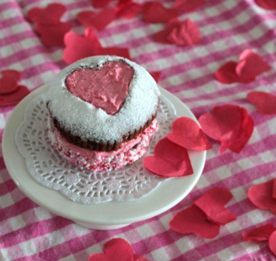 Verras jouw geliefde met een #chocolade #cupcake voor #Valentijnsdag. Klik op de afbeelding voor het #recept. #hartje #liefde