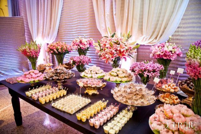A mesa de doces de casamento sempre chama muito atenção dos convidados. Devido as diversas opções de doces, estes se tornam um verdadeiro colírio para os olhos. A guestblogger Stéfany Salvalágio, nos dá dicas de como ter uma mesa de doces recheada e bem decorada!
