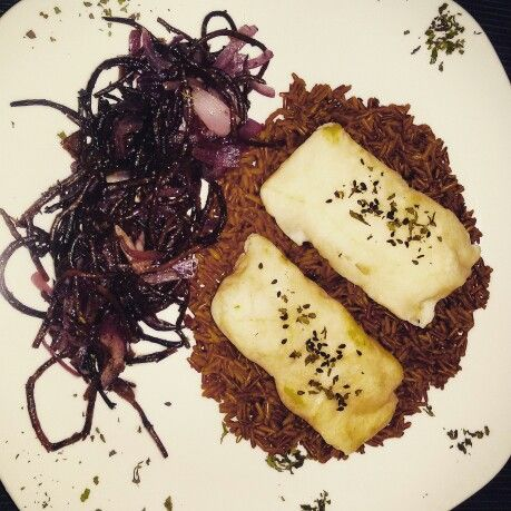 Filetto di merluzzo su riso rosso integrale alla curcuma e cardamomo, con alghe hijiki e cipolla di tropea caramellata ---- Cod, red rice with tirmeric and cardamom, hijiki and red caramelized red onion