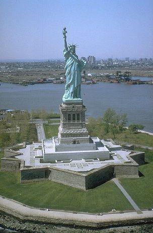Het #vrijheidsbeeld op #Liberty Island is geschonken door Frankrijk als teken van vriendschap en ter ere van de onafhankelijkheidsverklaring. Het beeld werd in 1886 geplaatst, is 46 meter hoog en weegt 225 ton.