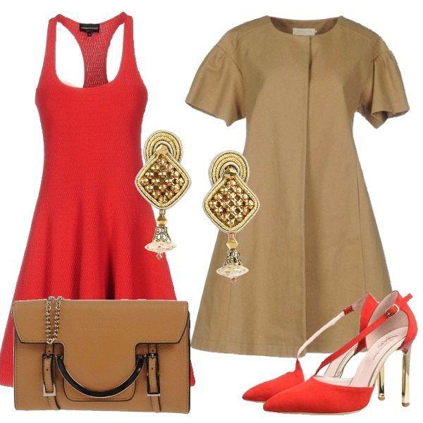 Outfit composto da vestito con gonna ampia in una particolare tonalità di rosso ripresa dalle scarpe con tacco dorato, soprabito a ruota con maniche ampie, borsa beige con catena e orecchini dorati.