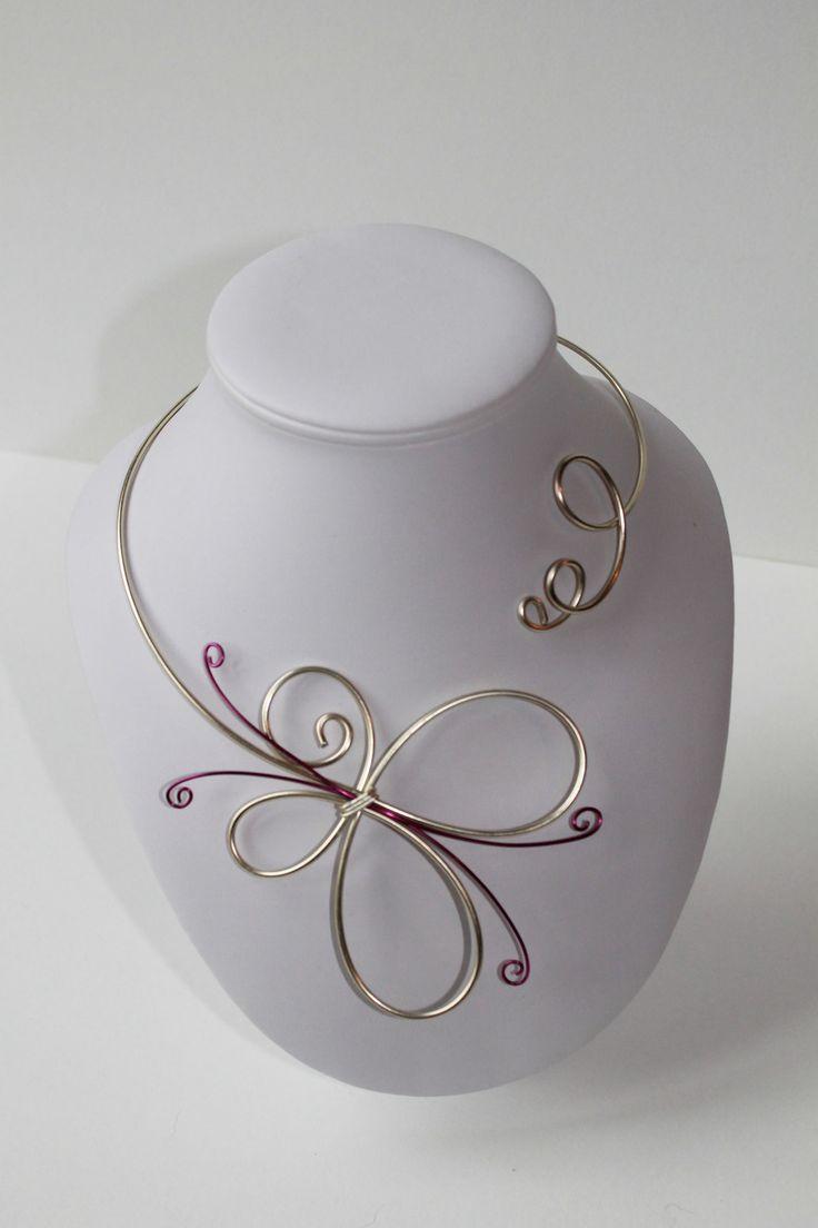 Collier papillon fil aluminium perle et fuchsia : Collier par la-p-tite-echoppe
