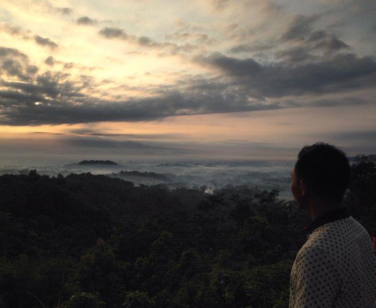 Nirwana Sunrise merupakan salah satu objek wisata yang ada di kawasan Candi Borobudur. Berjarak kurang lebih 5 km, tempat yang mempunyai nama asli Puncak Punthuk Setumbu ini memiliki keistimewaan yang tidak dimiliki oleh tempat lain.[Photo by instagram.com/setyonarifin]