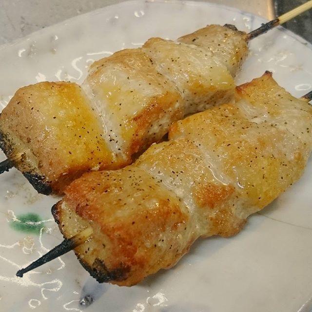 豚トロ串です!🐷 脂がのっていてジューシーです!😌✨ 【Pトロ】とも呼ばれていて 豚の頬から首にかけての肉で マグロのトロのように美味しいことから豚トロと名前がついたと言われているそうです!🙋 炭火で表面をカリっと、 中はジューシーな豚トロを 焼き肉屋さも良いですけど 焼き鳥の豚トロも是非召し上がってみて下さい!🐷🌋 #豚トロ#トントロ#p#トロ#マグロ#まぐろ#頬#ほっぺ#首#肉#pork#meat#ちきんくれすと#ちきんくれすと手稲店#鳥あたま#鳥あたま本店#手稲#琴似#発寒#小樽#札幌#札幌グルメ#北海道#ジューシー#焼き肉#焼き鳥#holiday#instafood#like