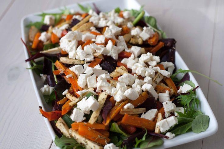 Denne super lækre salat med bagte rodfrugter og feta mætter virkelig godt, og er et godt alternativ til de almindelige salater.