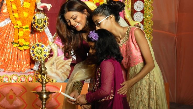 awesome Sushmita Sen celebrates Durga Puja with daughters | Full Video