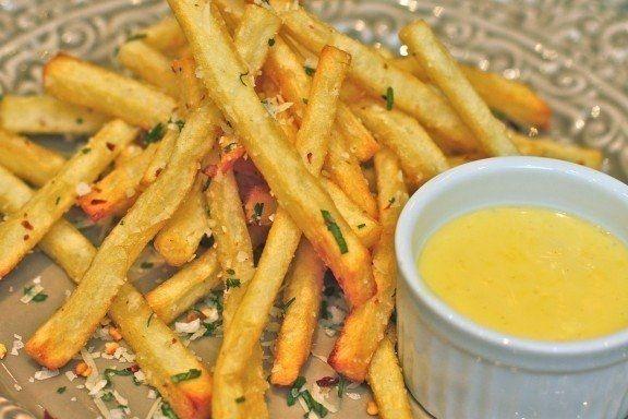 Фото к рецепту: Картофель-фри с чесноком и красным перцем