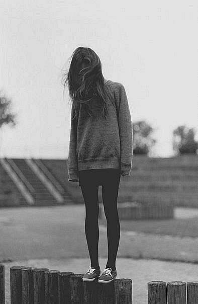 Love big sweaters and leggings! With some cute flats or sneakers I think she's wearing a skirt too