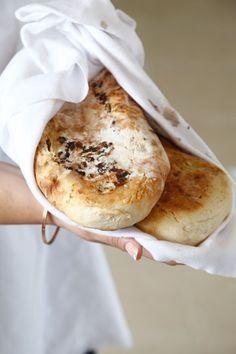 מעולה גם בלי המילוי. לחם פרנה מרוקאי ( צילום: אפיק גבאי )