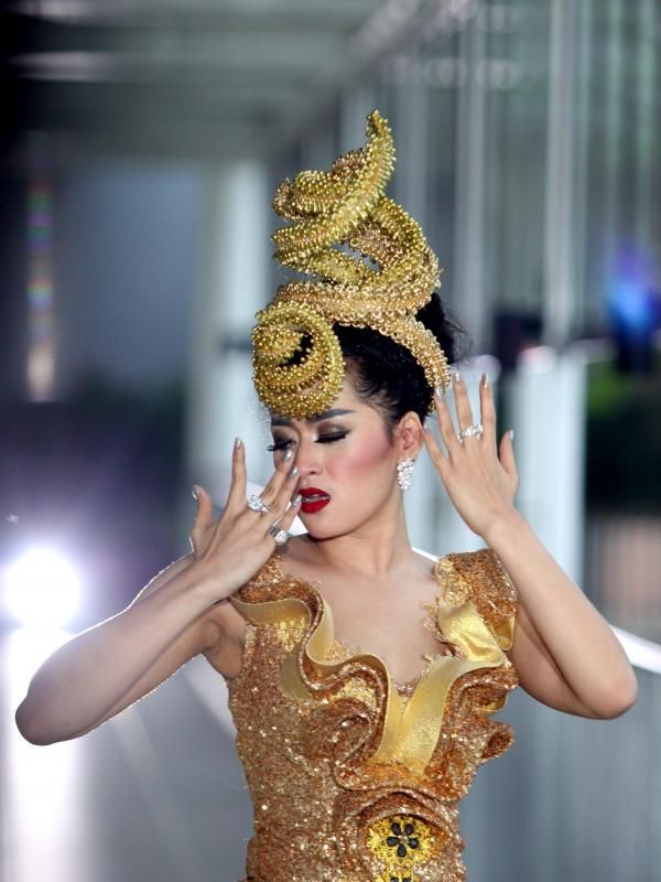 Hiara Cleopatra rela merogoh kocek dalam untuk menggarap klip 'Begal Cinta'. Bagaimana tidak, penyanyi berjuluk Queen ini tampil 'menyilaukan' lantaran semua aksesoris yang diusung dalam klip itu terbuat dari emas 23 karat. #Music #HiaraCleopatra #BegalCinta #Bintang #Indonesia