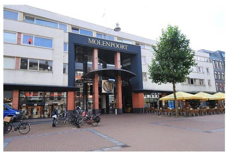 Gelegen midden in het centrum van Nijmegen, nabij diverse uitvalswegen en openbaar vervoer ligt dit verrassend ingedeelde 2-kamer appartement op de 3e verdieping van een kleinschalig appartementencomplex.