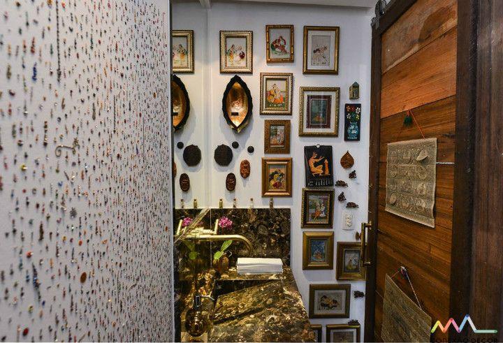 Conexão Décor. Conectadas com a artista Yara Figueiredo e sua casa. lavabo super transado de yara figueiredo, parede com a coleção de Bindi (terceiro olho). http://conexaodecor.com/2017/04/yara-figueiredo/