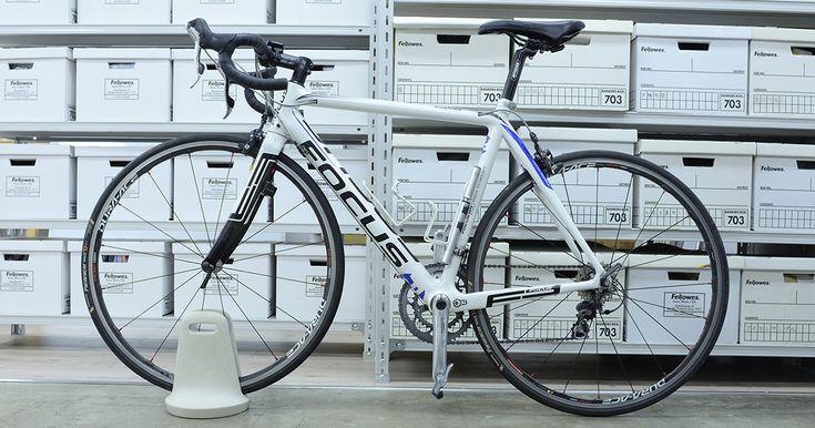 文鎮のように佇み、自転車の前輪をホールドしてバイクを固定する。タイヤの幅は28mm(1.1 inch)以下のサイズに対応。ロードバイクだけを対象にすることでその専用性が高まり、よりスタンドの安定感が増した製品となっている。