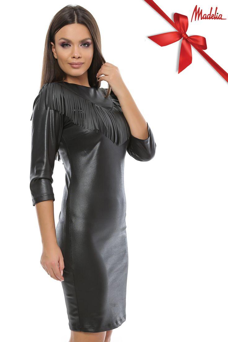 Rochie scurta din latex cu maneca 3 4,accesorizata cu franjuri pe piept si spate.Sistem de inchidere cu fermoar int-o parte. #latex #dress #fringes #midi #black