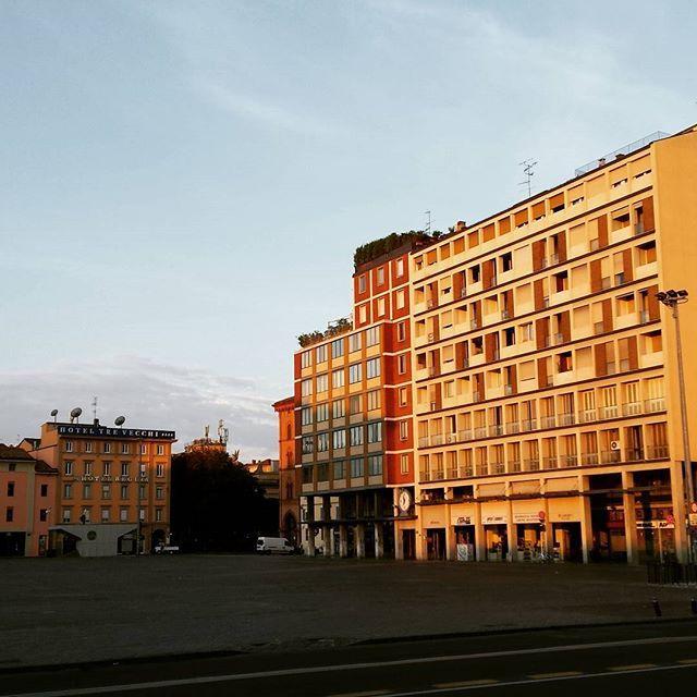 Bologna pian piano si risveglia dal torpore notturno  #bologna #vivobologna #buongiorno #domenica #italia #italy