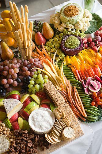 mesa de frutas, queijos, biscoitinhos e patês.