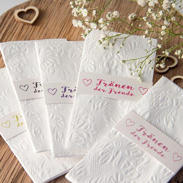 Am schönsten Tag im Leben sind Tränen der Rührung garantiert! Diese hübschen Taschentuchhalter sind nicht nur nützlich, mit ihrem romantisch geschwungenen Schriftzug und dem Herzmotiv sind sie auch ein echter Hingucker.