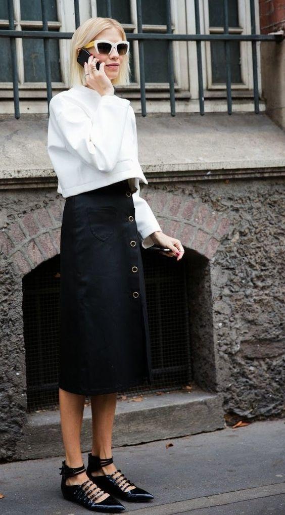 Blusa de manga cropped, saia midi preta com botões, sapatilha de bico fino