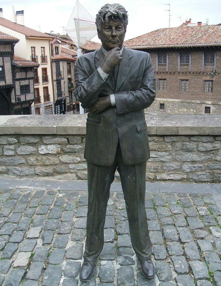 ken Follett ( Vitoria-Gasteiz )Resultados de la Búsqueda de imágenes de Google de http://upload.wikimedia.org/wikipedia/commons/8/8f/Vitoria_-_Ken_Follett.jpg