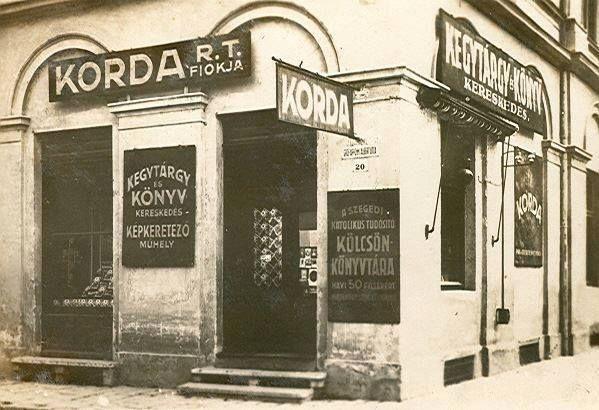 Az első KORDA üzlet 1924 őszén nyílt meg a Dóm tér és Oskola utca sarkán.
