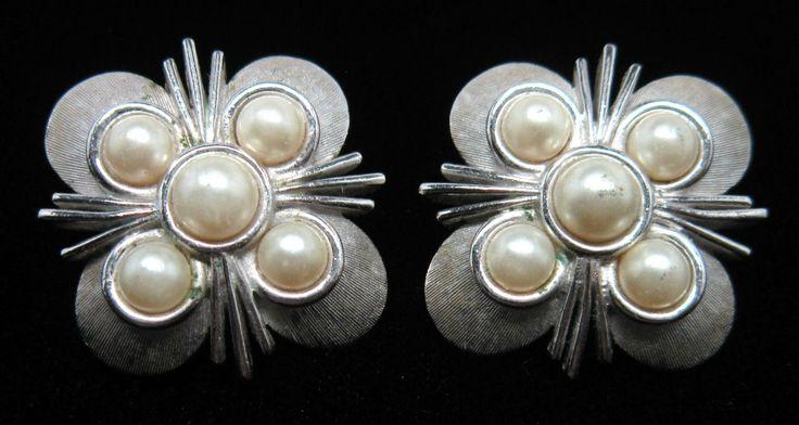 Orecchini firmati TRIFARI a clip con cabochons di perle  Disponibile alla vendita per info contattami via mail  crazyforvintageuk@gmail.com o via facebook Crazy for vintage
