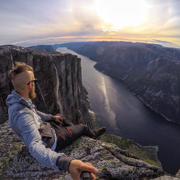 Kjeragbolten é uma pedra localizada na montanha Kjerag em Forsand condado de Rogaland Noruega.  A rocha tem 5 m e está literalmente entalado na fenda da montanha localizada a sudoeste da vila de Lysebotn ao sul da Lysefjorden. É um destino turístico popular e é acessível sem qualquer equipamento de escalada. Mas cuidado!! Essa rocha está suspensa sobre um abismo de quase 1000 metros de profundidade (984 metros exatamente)  É também um local popular para base jumping. Tem coragem??  O…