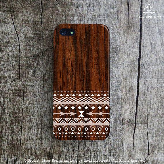 « Tribal Pattern sur bois foncé » ce cas iPhone comporte notre conception originale et sera individuellement imprimés à la main dans notre