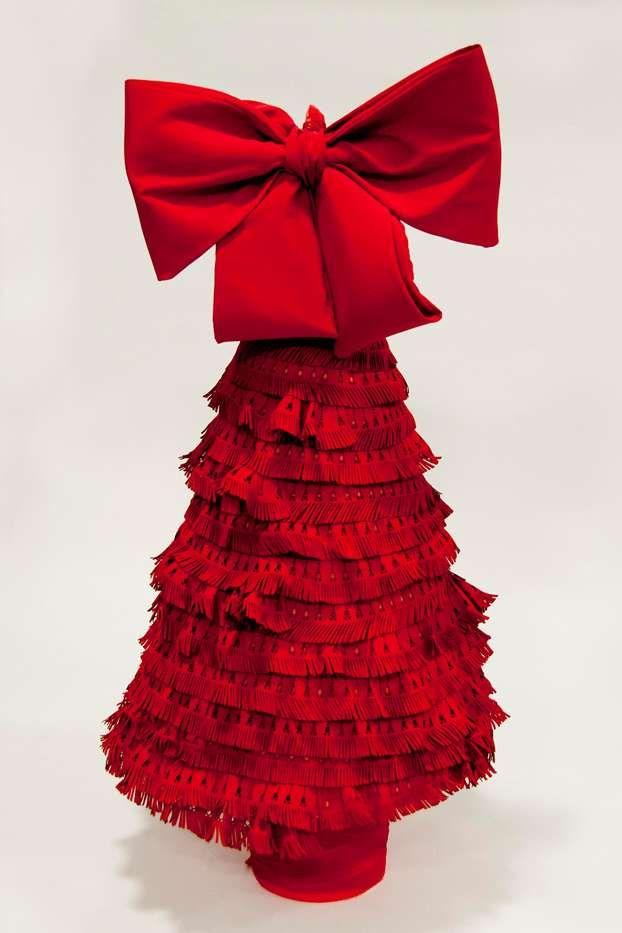 Ermanno Scervino crea l'albero di Natale nel segno del suo stile: la sensualità del rosso e dettagli preziosi.  http://www.leonardo.tv/natale-decorazioni/natale-100-alberi-d-autore-2012/ermanno-scervino
