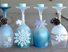 déco Noël fait maison - des verres à vin décorées de paillettes imitation givre, flocons de neige, grelots et pommes de pin