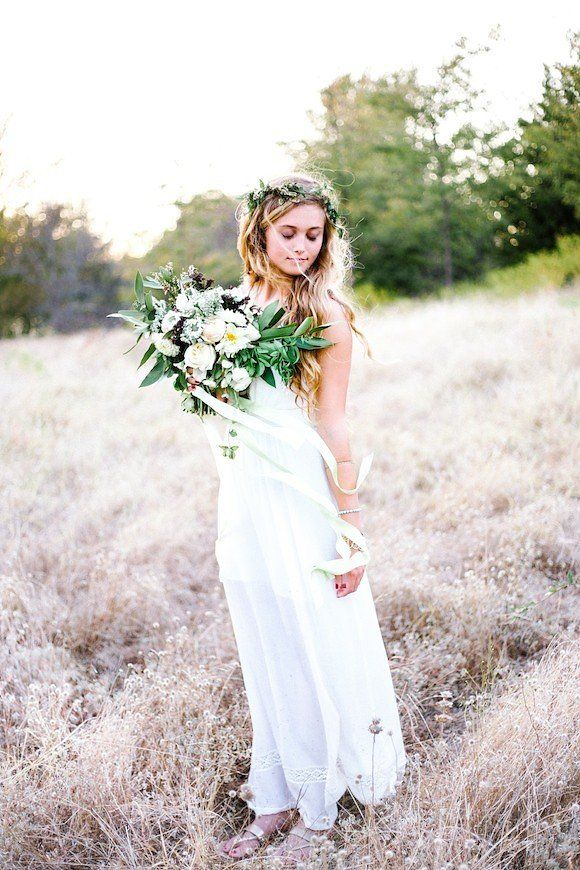 Bohemian brides are relaxed, confident and have a sense of adventure which is what LEAH GOLTER was aiming to convey with this pretty organic bridal shoot. THE BACKYARD BOUQUET created a bouquet and floral crown that complimented the brides elegant and fre