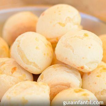 El pan de queso es una de las más exquisitas recetas brasileñas, que encanta tanto a los niños como a los padres. Se hace utilizando una harina muy fina y blanquita, conocida por fécula o almidón de mandioca (yuca). Es una receta sabrosa, económica, muy fácil y divertida de preparar con los niños. Te enseñamos a prepararla, paso a paso.