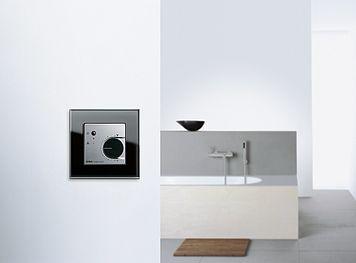 Der Hygrostat reguliert die Luftfeuchtigkeit in ihren Räumen, zum Beispiel Badezimmer. So beugt er vor, dass es durch die erhöhte Luftfeuchtigkeit nicht zur Schimmelbildung kommt. Durch Sensoren erfasst der Hygrostat den Feuchtegehalt und die Temperatur im Raum. Mit einem Drehknopf wird der Sollwert eingestellt. Übersteigt die Luftfeuchtigkeit nun den eingestellten Sollwert, so wird ein Ventilator…