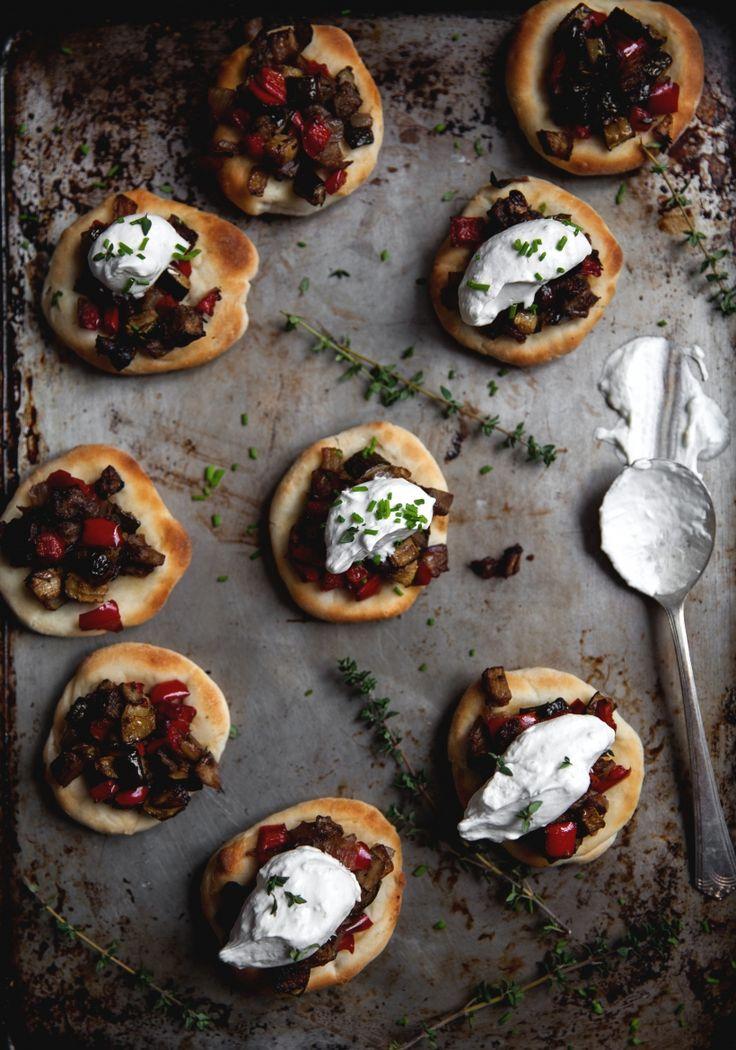 Voici une idée d'entrée toute simple, mais vraiment délicieuse qui plaira à tous, même aux plus carnivores. Je propose de servir les pizzas avec une touche de crème fouettée au citron parce que les saveurs se marient parfaitement.