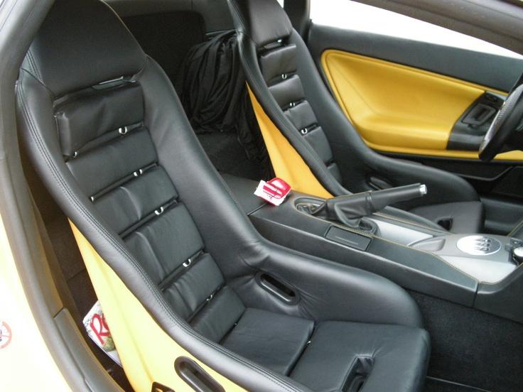 ≪No.0179≫  ・ニックネーム  KANOさん       ・メーカー名、車種、年式  ランボルギーニガヤルド 04     ・アピールポイント  純正の電動シートを軽量フルバケット(バックシェルを黄色にペイント)  に変更、アルミホイールを軽量OZウルトラレッジーラ(タイヤも軽量Pzero コルサ)に変更。マフラーをチタンにして合計100キロのダイエット。各ダクトをブラックアウトして往年のカウンタックの雰囲気を出しました。