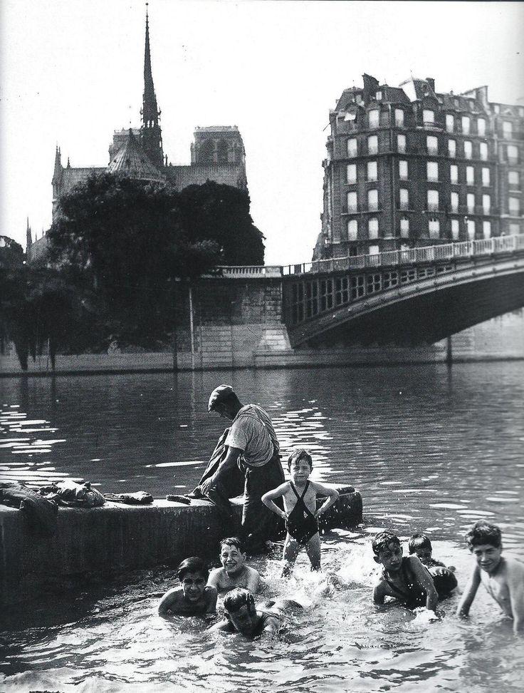 Baignade dans la Seine à Paris aux environs de 1930. - De nos jours, la couleur de l'eau (et ce qui flotte dessus) n'incite guère à piquer une tête !..