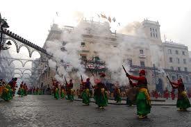 """Existen unas primeras referencias, datadas en el año 1511, donde las Autoridades Municipales de Alcoy, añaden el uso de """"tamborinos"""" (música), juegos populares y """"concursos simulando combates"""", a la ya tradicional celebración religiosa en honor a San Jorge. En 1552, se introduce el arcabuz a la fiesta."""